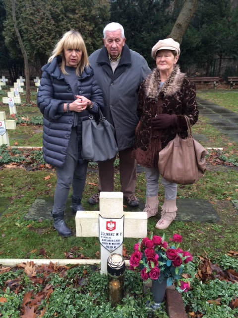 Rodzina przy grobie Aleksandra Glińskiego. Na zdjęciu od lewej: Beata Janowitz-Walaszek, Ildefons Janowitz i Renata Glińska-Janowitz. Zdjęcie ze zbiorów Wiesława Walaszka.